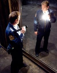 poliziotto allo specchio