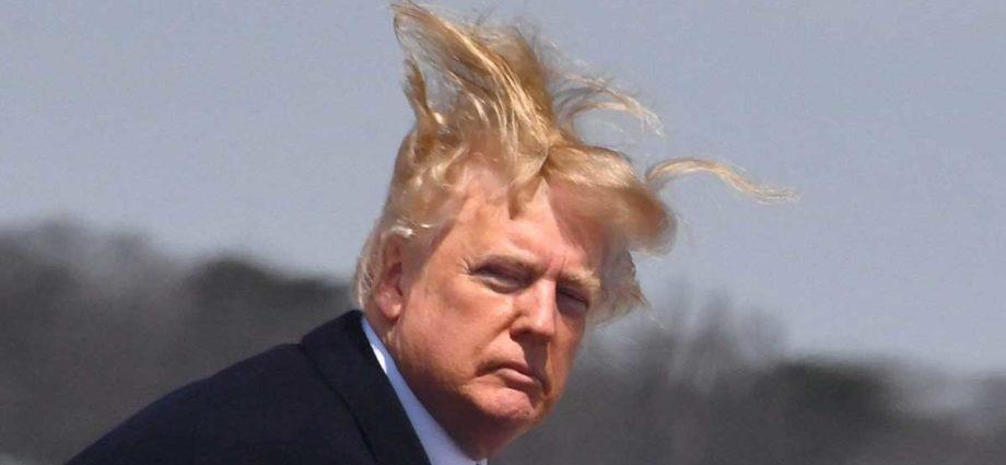 Donald Trump capelli al vento