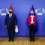I primi ministri della Polonia Mateusz Morawiecki, dell'Ungheria Viktor Orban e della Repubblica Ceca Andrej Babis partecipano a un incontro a Bruxelles con la presidente della Commissione europea Ursula von der Leyen. I quattro paesi di Visegrad sono stati finora i più clamorosi oppositori delle quote per il trasferimento di migranti tra gli Stati membri dell'UE