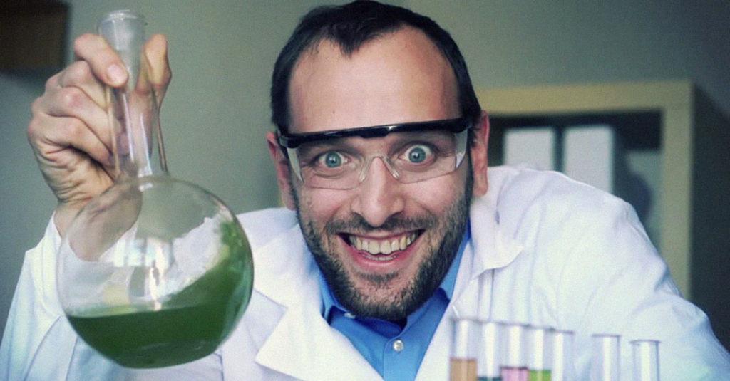 scienziato con provette, pallone e beuta
