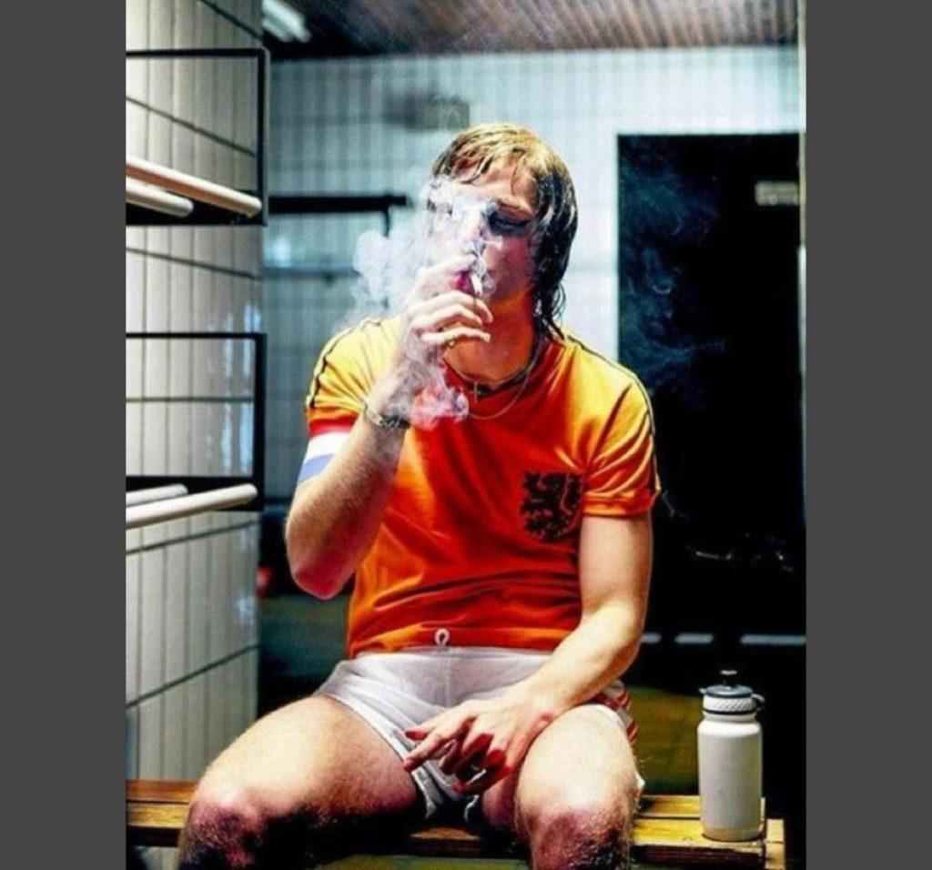 Johan Cruyff fuma
